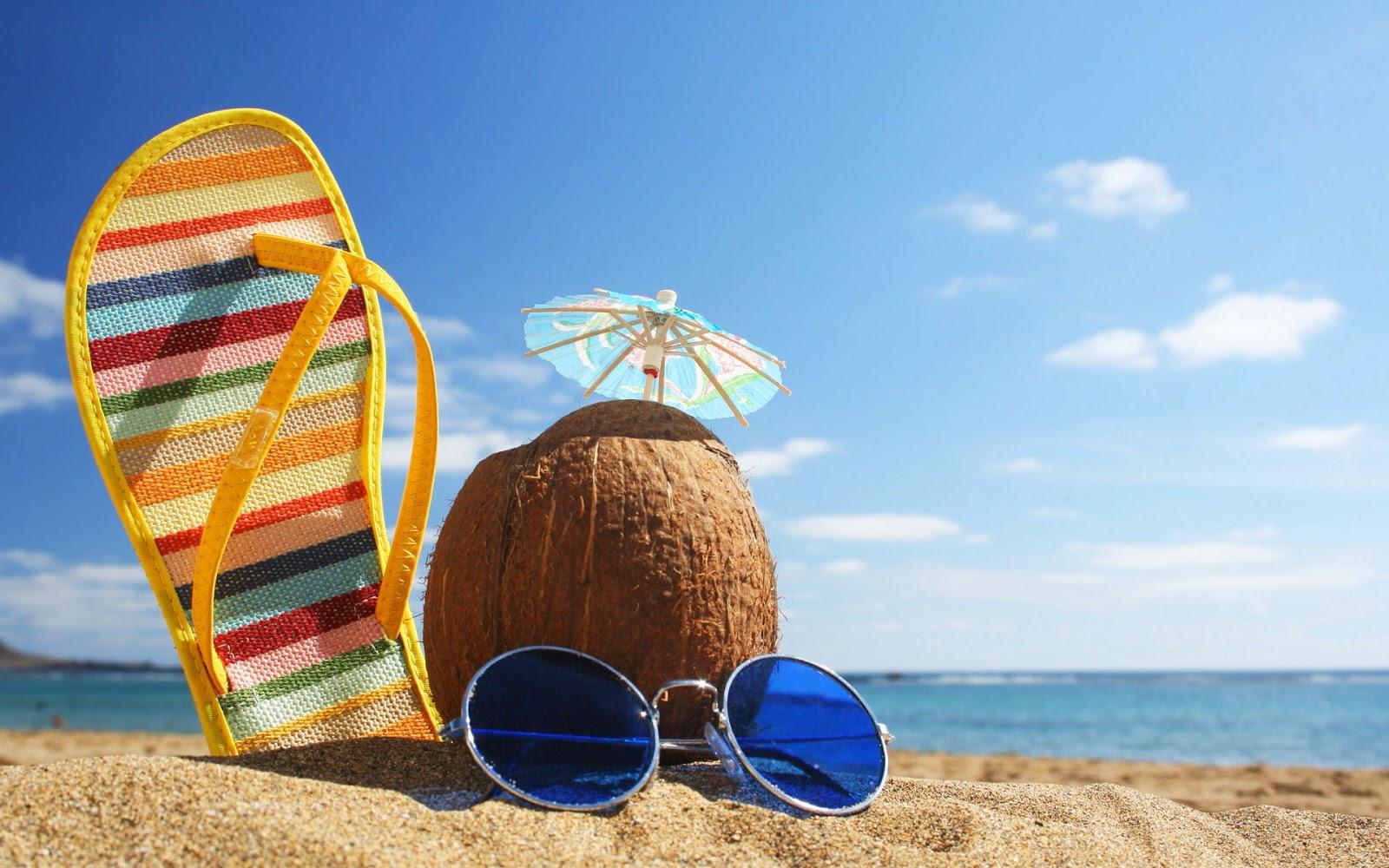 zomer-vakantie-achtergrond-2013-met-zee-strand-kokosnoot-slipper-en-zonnebril